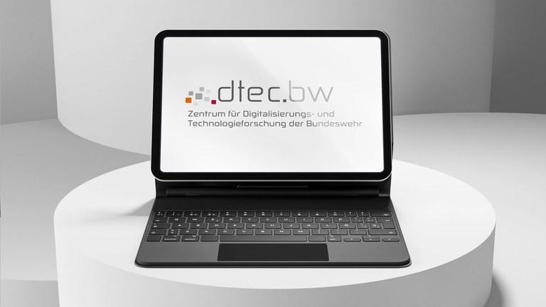 Foto des dtec.bw Logos dargetsellt auf einem Laptop